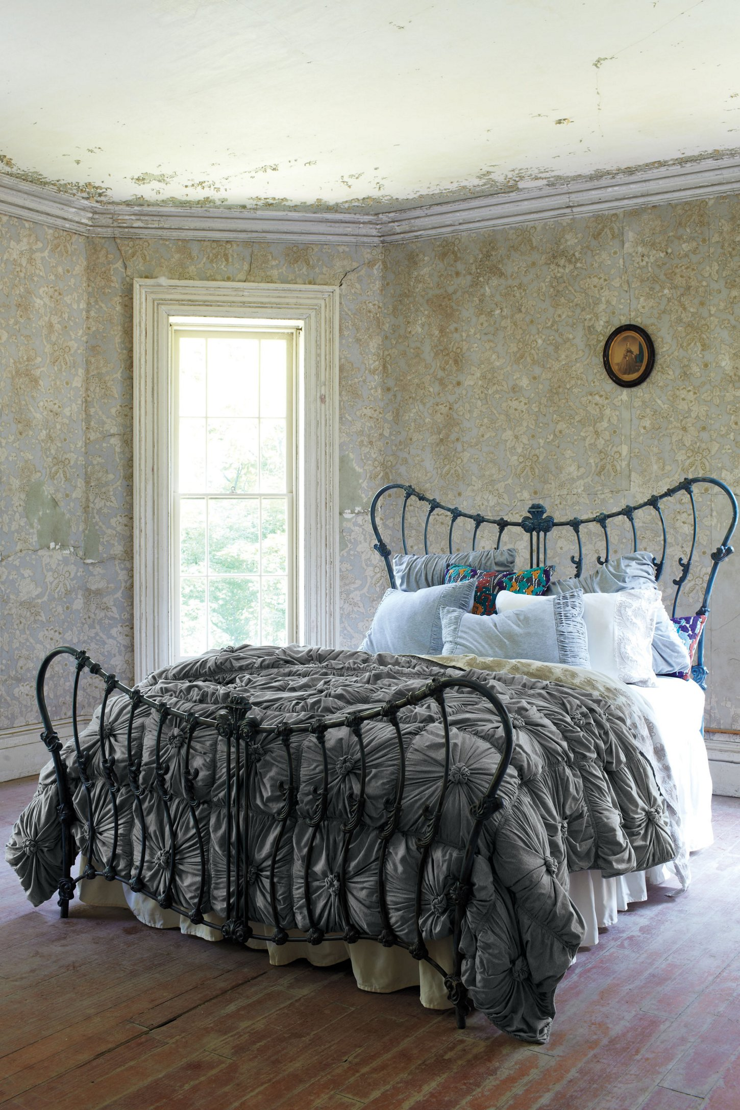 shabby chic a decorating trend with contrasts wohnen. Black Bedroom Furniture Sets. Home Design Ideas