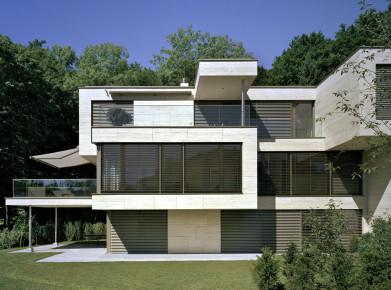 Der Besitz von Wohneigentum beeinflusst die Steuerrechnung massiv. Im Bild: gehobenes Stockwerkeigentum im Raum Zürich (Bild: Allreal)