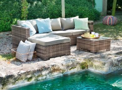 Die Lounge-Gruppe Provence aus braunem Kunststoffgeflecht und braunen Kissenbezügen bietet genügend Platz zum Entspannen. (Foto: www.micasa.ch)