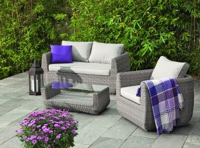Die Serie Saphira (hellgrau meliertes Kunststoffgeflecht) besteht aus einem Tisch, einem Sessel und einem Sofa. Die Möbel sind jeweils einzeln erhältlich. (Foto: www.bauundhobby.ch)