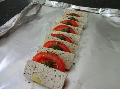 Veganes Tomaten-Tofu-Carpaccio vor dem Grillieren. (Bild: Athena Tsatsamba Welsch)