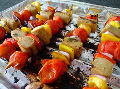 Vegane Schaschlikspiesse nach dem Grillieren. Bild: Athena Tsatsamba Welsch)