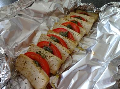 Veganes Tomaten-Tofu-Carpaccio nach dem Grillieren. (Bild: Athena Tsatsamba Welsch)