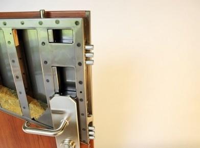 Querschnitt der Stahlsicherheitstüre Adlo, die wie eine normale Türe aussieht, aber widerstandsfähig gegen Einbrüche, Feuer, Schall und sogar Schüsse ist. Bild © www.quadragard.ch