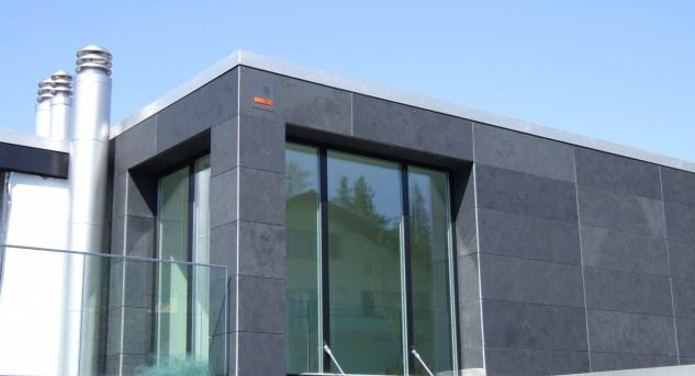 Der diskrete orangefarbene Balken oben rechts zeigt, dass dieses Haus mit einer Alarmanlage gesichert ist. Bild © Sersys.ch