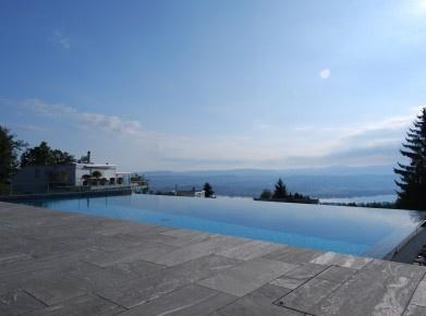 Referenzbeispiel aus der Schweiz: Infinity Pool auf der Forch ZH (Bild: Woodtli Schwimmbadtechnik)