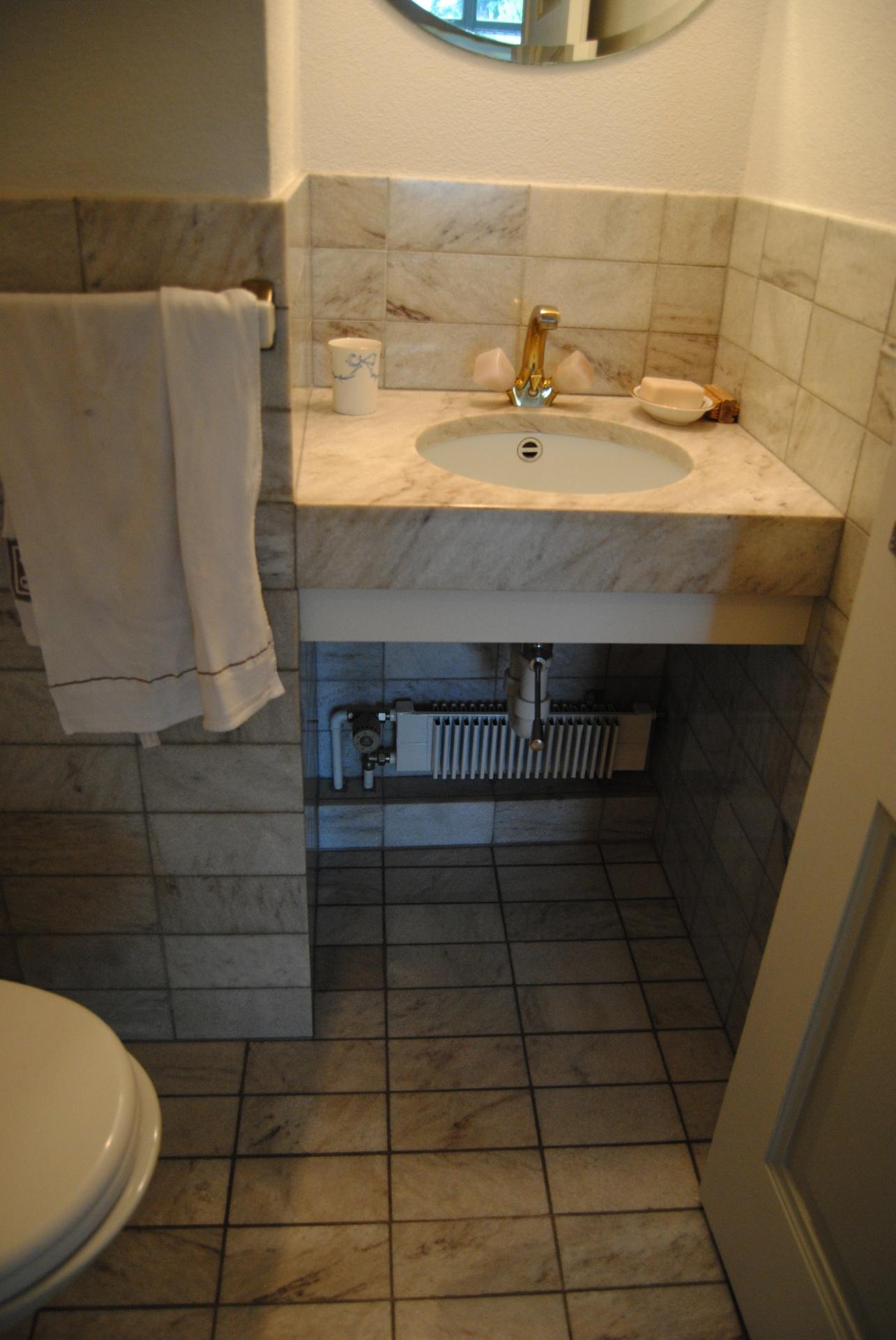 Eine unattraktive Gästetoilette aus den siebziger Jahren.