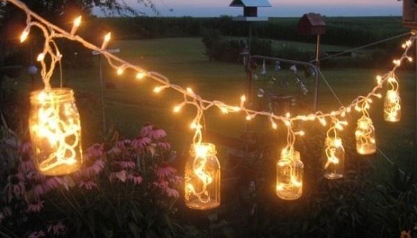 Mit LED-Lichterketten und Einmachgläser kann man wundervolle Dekos zaubern. Bild © www.deavita.com (CC BY-ND 3.0)