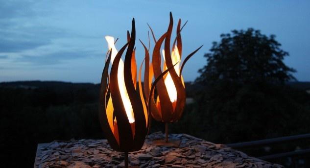 Lebendiges Feuer ist «in», Edelrost ebenfalls. Diese Feuerschalen erinnern an Papageientulpen und sind durch und durch ungewöhnlich. Bild © www.neogard.ch (Ambiance)
