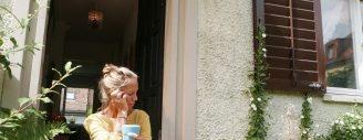 Lieblingsplatz Treppe: Hier sitzt Nicole Knupfer oft mit ihrem Kaffee.