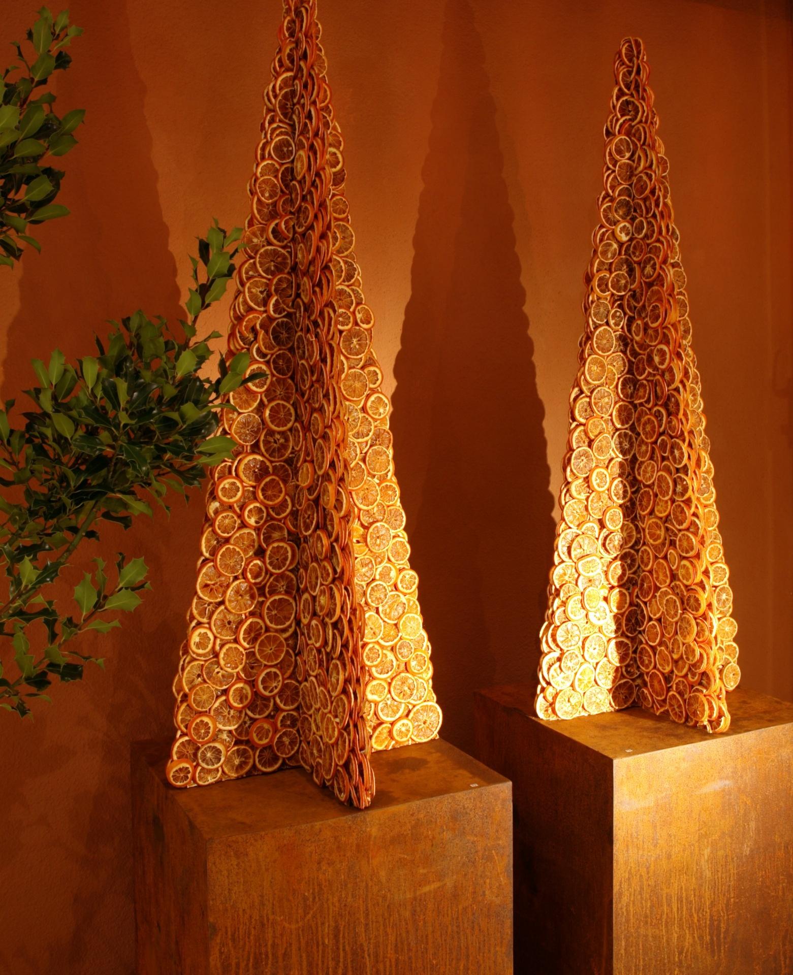 Stilisierte Tannenbäume als Blickfang - reduziert und doch opulent in der Wirkung