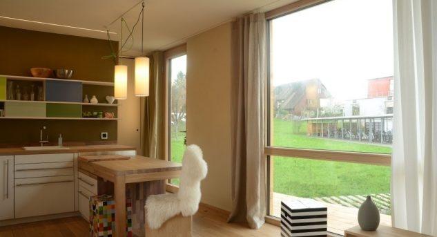 Selbst auf kleinem Platz kann eine Küche mit Essplatz gut ausgestattet sein und vor allem Lebensqualität bedeuten. Bild © Tanja Schindler