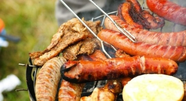 Ob sich beim Grillieren mehr oder weniger Rauch entwickelt, hat mit Grill und den Kochkünsten des Grillkoches zu tun. Grillieren ist Lebensfreude pur, aber auch ein Hobby, das viel Rücksicht verlangt. Bild © www.deavita.com (CC BY-ND 3.0)
