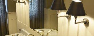 Ein Leuchtenpaar beidseits des Spiegels - vier Lichtquellen anstelle der üblichen Lichtröhre.