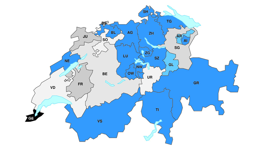 15 Kantonsregierungen haben sich ganz (blau) und zwei in einem Kernelementen (hellblau) gegen den Gegenvorschlag von Bundesrat Berset zur Einheitskassen-Initiative gestellt. Nicht online zugänglich: Genf (schwarz)