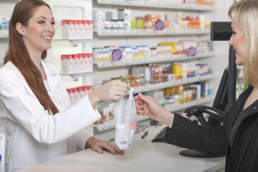 Apotherkin berreicht Tte mit Medikamenten