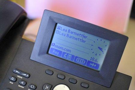 Kreuzlein neben dem eigenen Namen: Das Telefon rät vom Gebrauch ab... (© PS)