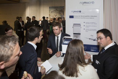 Das Team von rqmirco stellt seine Innovationen den Gästen vor.