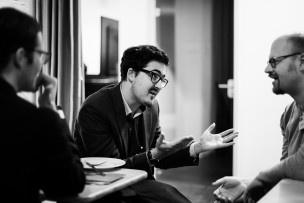 Simon Klopfenstein von Newsroom Communication diskutiert mit einigen deutschen Investoren. Bild: Mirjam Sonner.