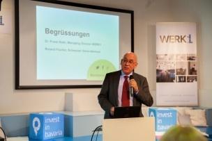 Die Begrüssung übernimmt Roland Fischer, Schweizer Generalkonsul in München. Bild: Mirjam Sonner.