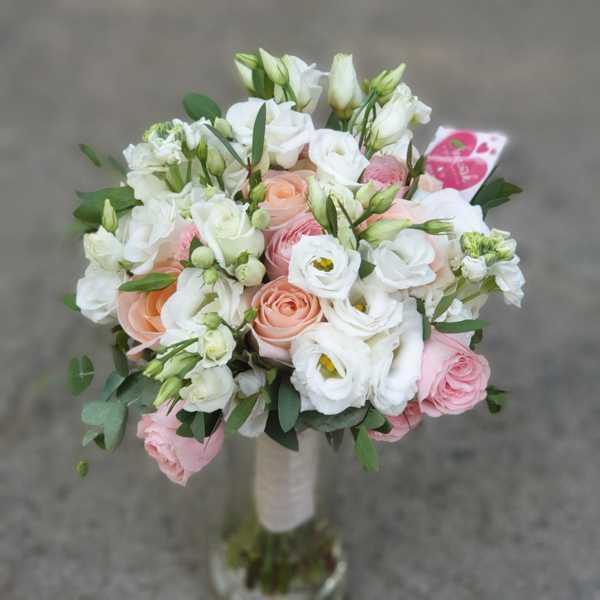 Свадебный букет из маттиолы, эустомы, розы  Пимпенелы