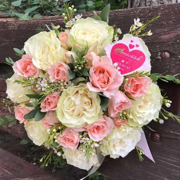 Букет невесты из кустовой и одноголовой розы