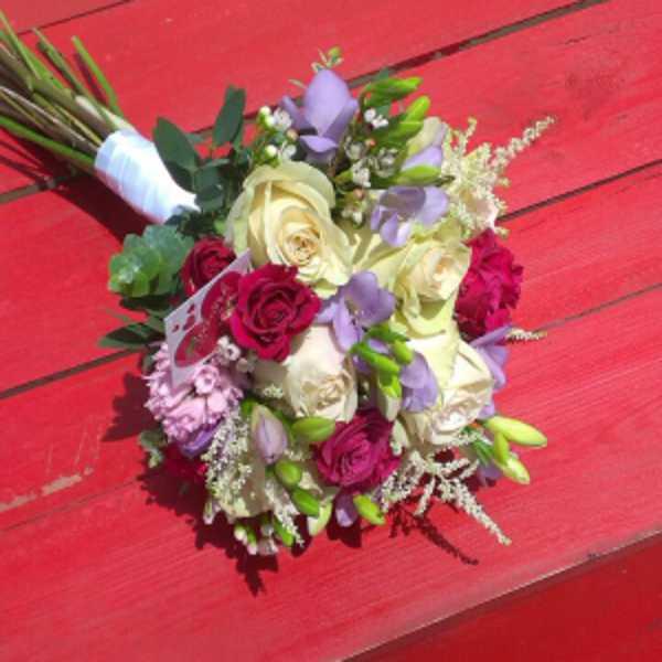 Свадебный букет невесты из фрезии, кустовой розы и зелени