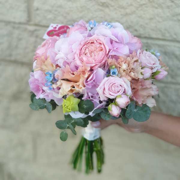 Свадебный букет невесты из гортензии и пионовидных роз