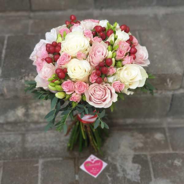 Букет невесты из розы, гиперикума, фрезии и кустовой розы