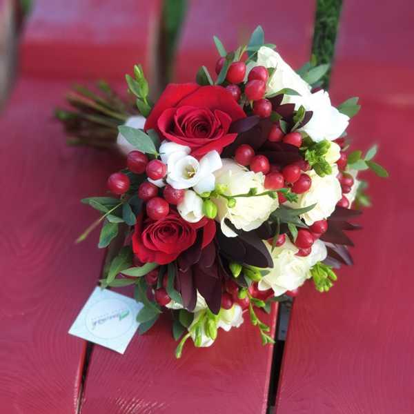 Букет невесты из гипирекума, роз, леукодендрона и фрезии