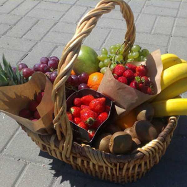 Корзина с фруктами (как дополнение к букету)