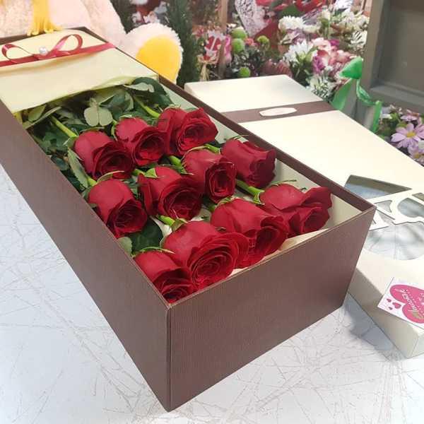11 импортных роз в стильной прямоугольной коробке