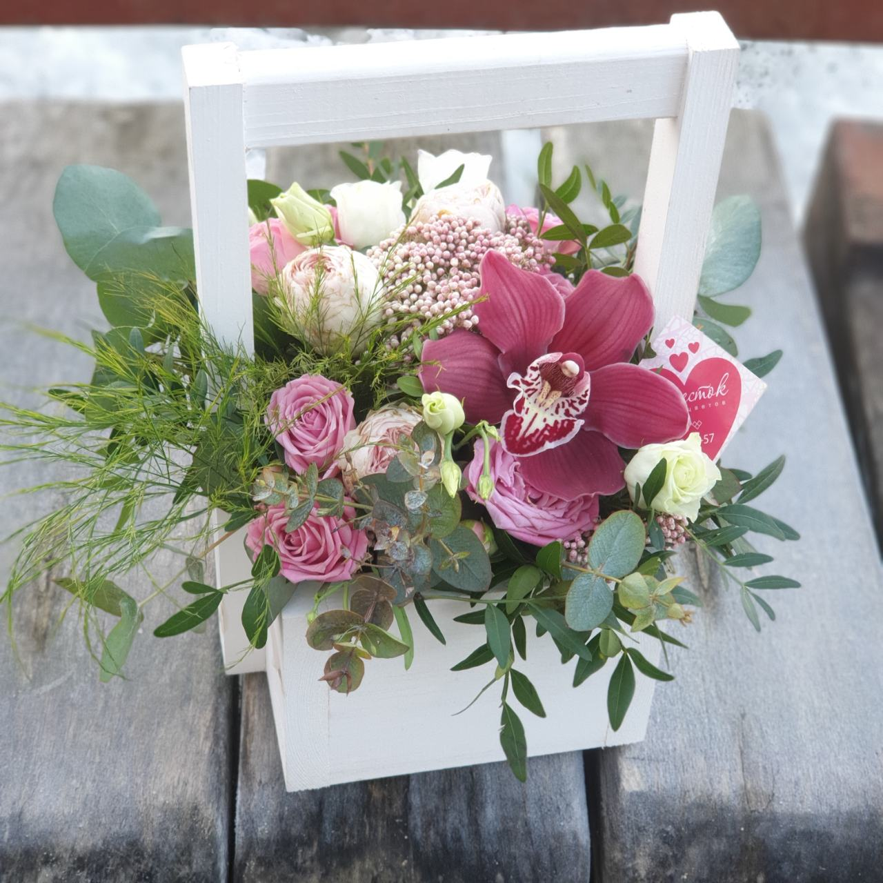 Деревянный ящик с пионовидной розой, орхидеей