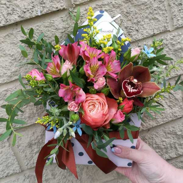 Конвертик из цимбдиума, розы и альстромерии