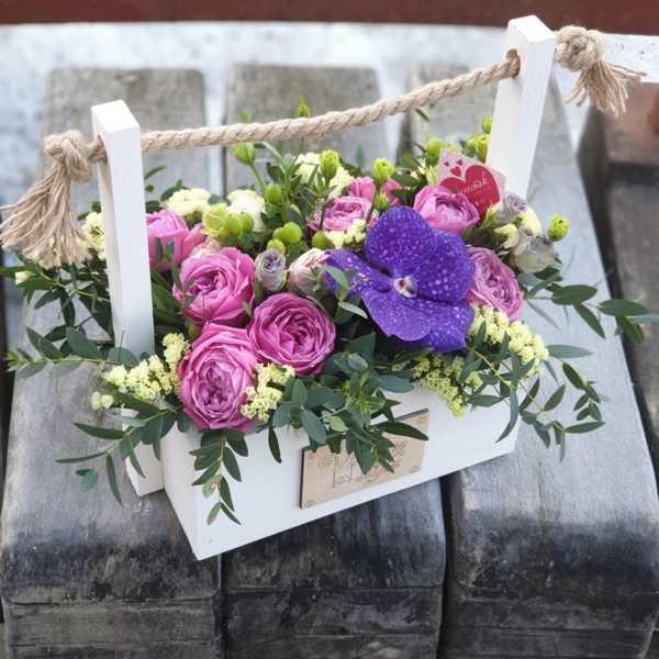 Пионовидная роза, орхидея Ванда в деревянном ящике