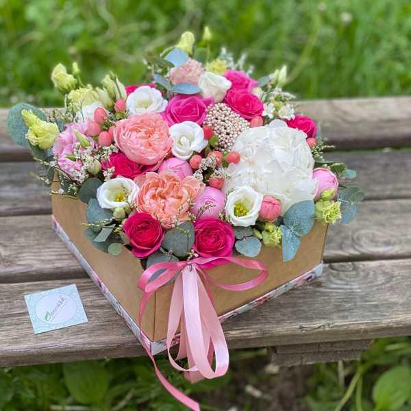 Гламурная коробочка из эустомы, пионовидных роз и пиона