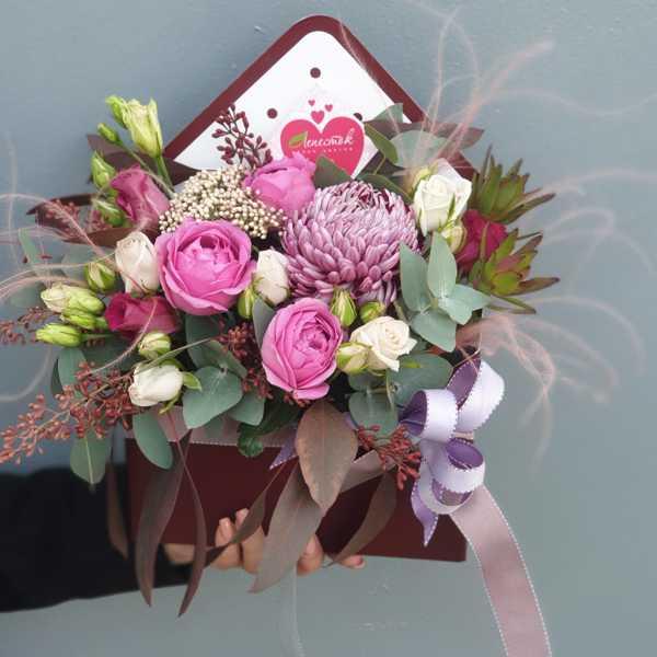 Конвертик из пионовидных роз и хризантемы Бигуди