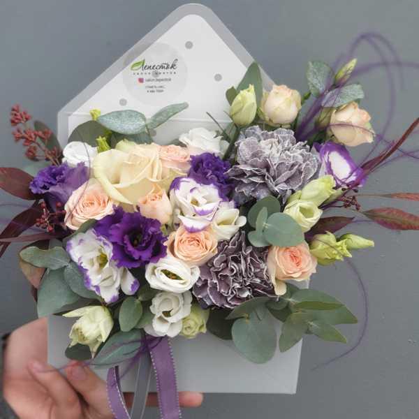 Гвоздики, эустомы, кустовые розы в цветочном конверте