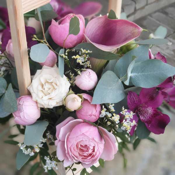 Деревянная коробочка из калл, пионовидных роз и альстромерии