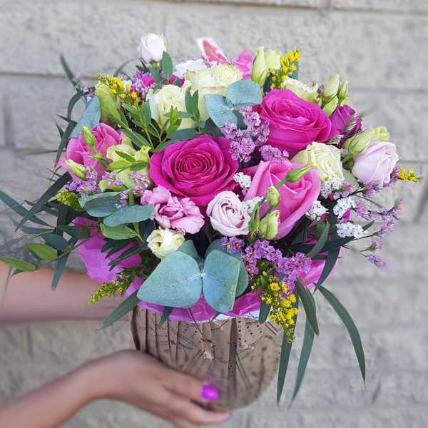 Яркий цилиндр с цветами