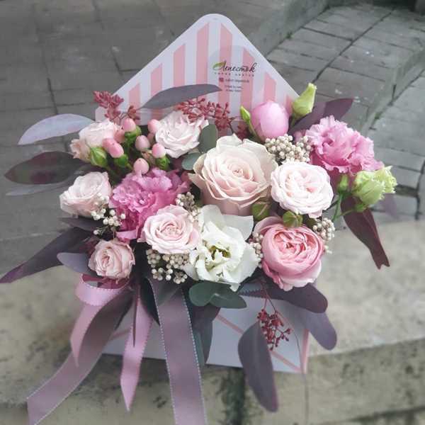 Конверт с цветами. Пионовидные розы, эустома , озотамнус