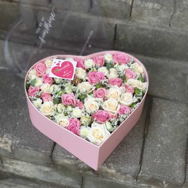 Коробочка в форме сердца из кустовых роз и лимониума