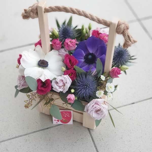 Деревянный ящик из анемонов, кустовых роз и эрингиума