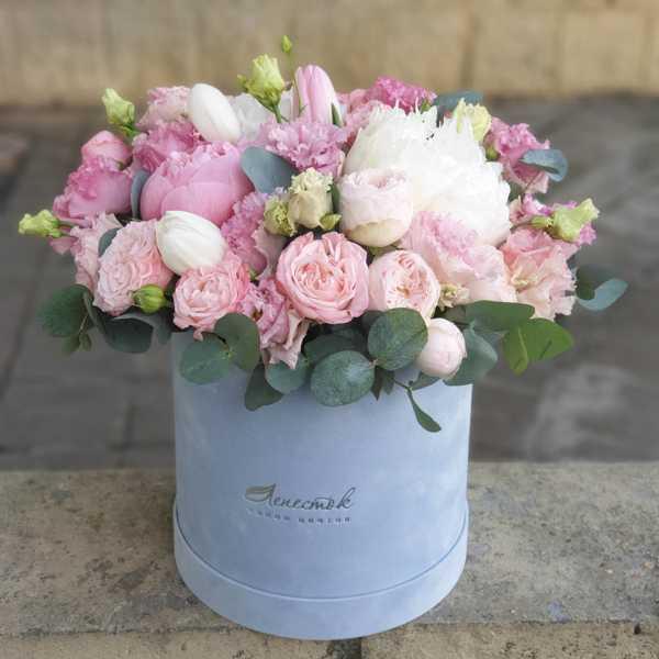 Бархатный цилиндр с пионами, эустомой и тюльпанами