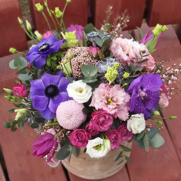 Бархатный цилиндр из анемонов, ванды и других экзотический цветов