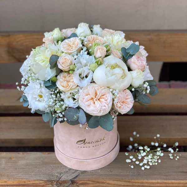 Бархатный цилиндр из пионовидных и кустовых роз, пионов и эустомы