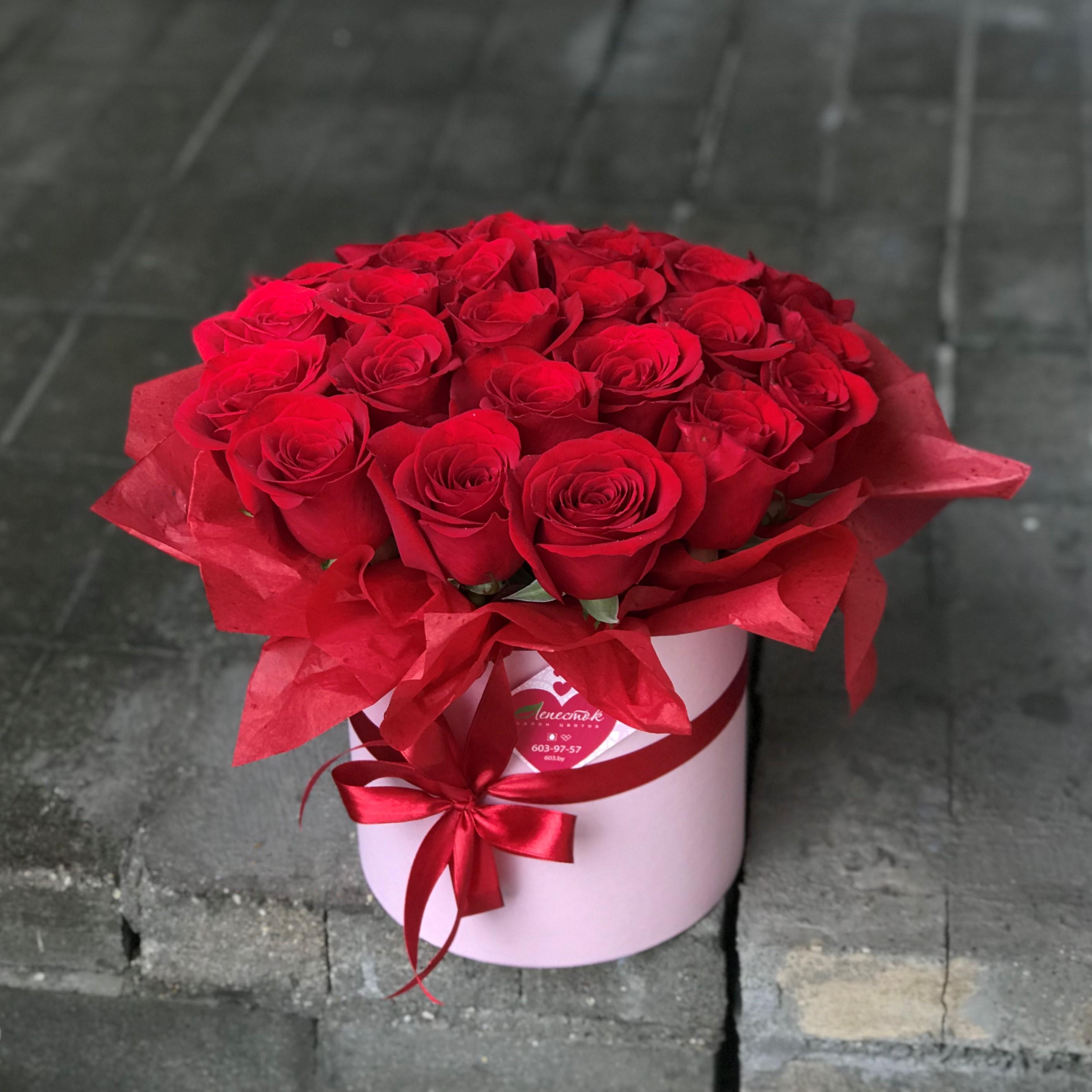 25 шикарных импортных роз в шляпной коробке