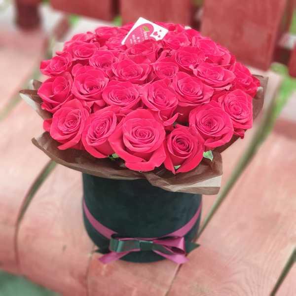 Бархатный цилиндр из 30 красных роз