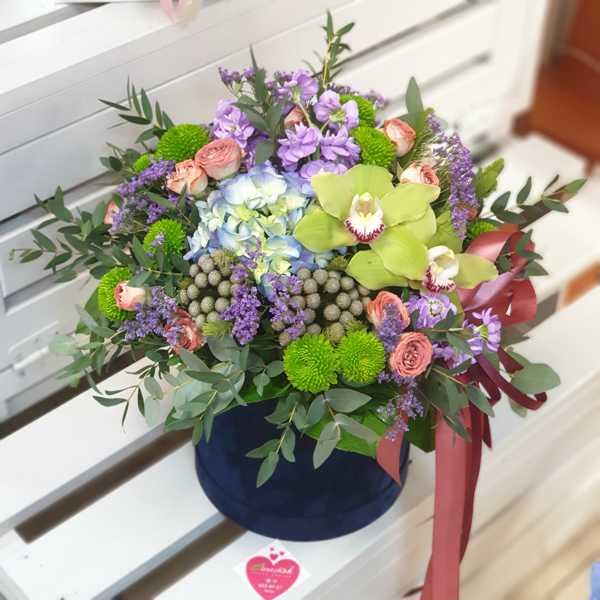 Бархатный цилиндр из гортензии, цимбидиума и других цветов