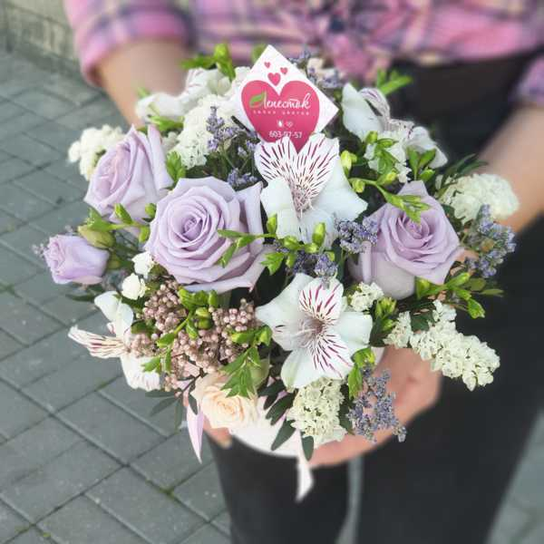 Цилиндр с цветами из роз, алстромерии и азотамнуса